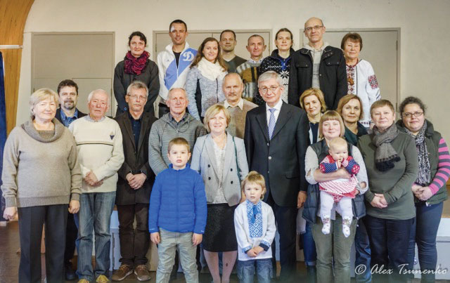 UWC President Eugene Czolij and his wife, Anna Czolij, with Ukrainian community in Auckland, New Zealand.