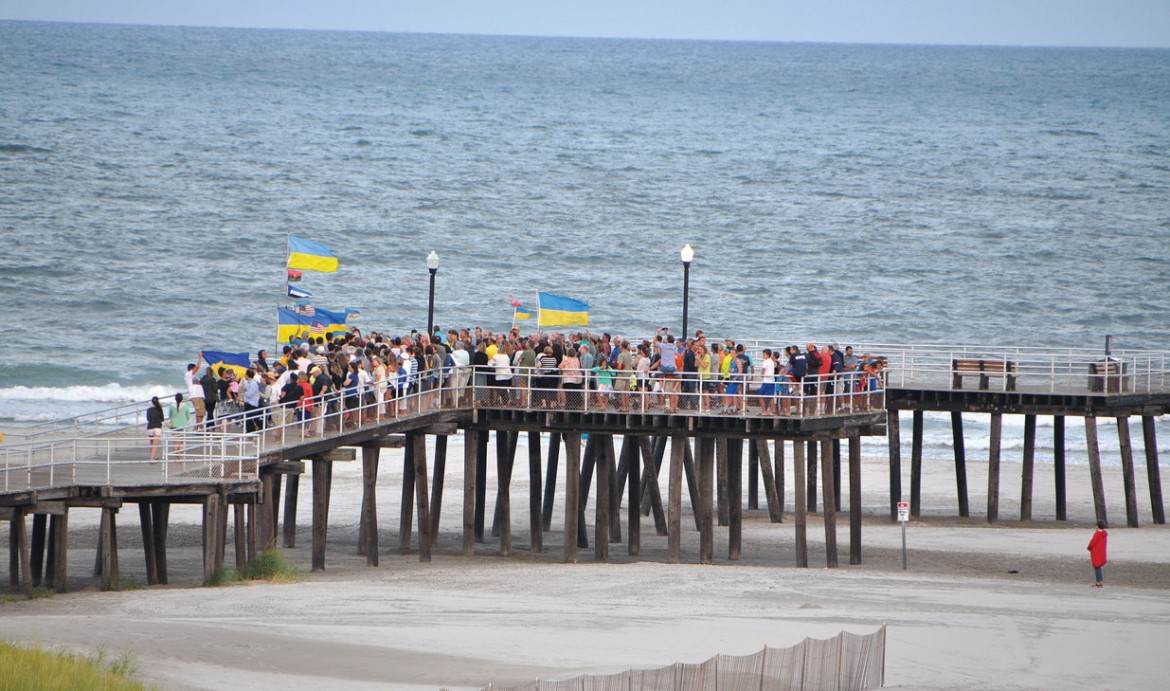 To manifest the unity of the Ukrainian diaspora with Ukraine, flashmobs were organized in various cities on August 22, as a lead-in to the 23rd anniversary of the re-establishment of Ukraine's independence. The flashmobs were the initiative of the organization Razom for Ukraine. Seen here are flashmobs in Washington (above) and Wildwood, N.J.