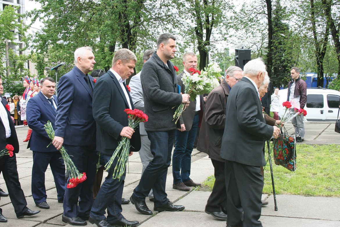 Genadii Sintsov (center), the head of the Darnytsia District Administration in Kyiv, participates in a flower-laying ceremony on May 8, the newly established Day of Remembrance and Reconciliation.