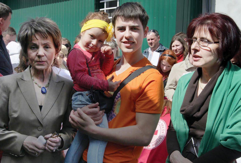UUARC Kyiv representative Vira Prinko (far left) stands alongside Mykhailo Kuzmenko, who holds his daughter Sofia, who lost her leg in the January 2015 terrorist attack on Mariupol civilians. With them is Liuba Zabolotna (right), a Kyiv medical doctor and UUARC board member.