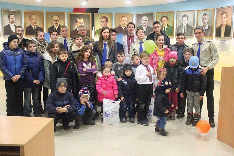 Children in Ivano-Frankivsk receive gifts.
